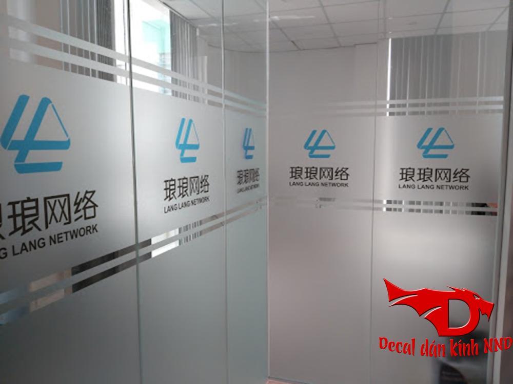 In logo màu kết hợp với kẻ chỉ và dán mờ chân cho văn phòng