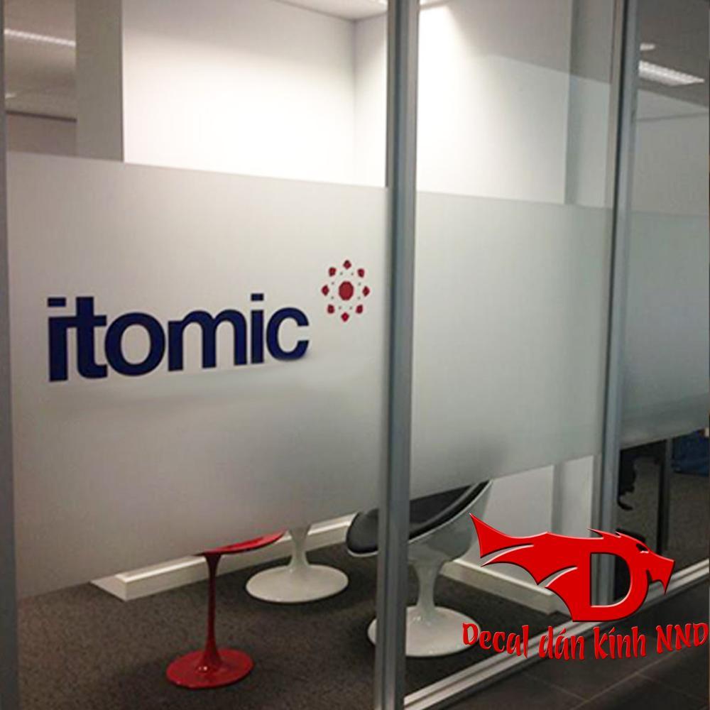 Dán chữ slogan cùng tên công ty và logo trên nền decal mờ