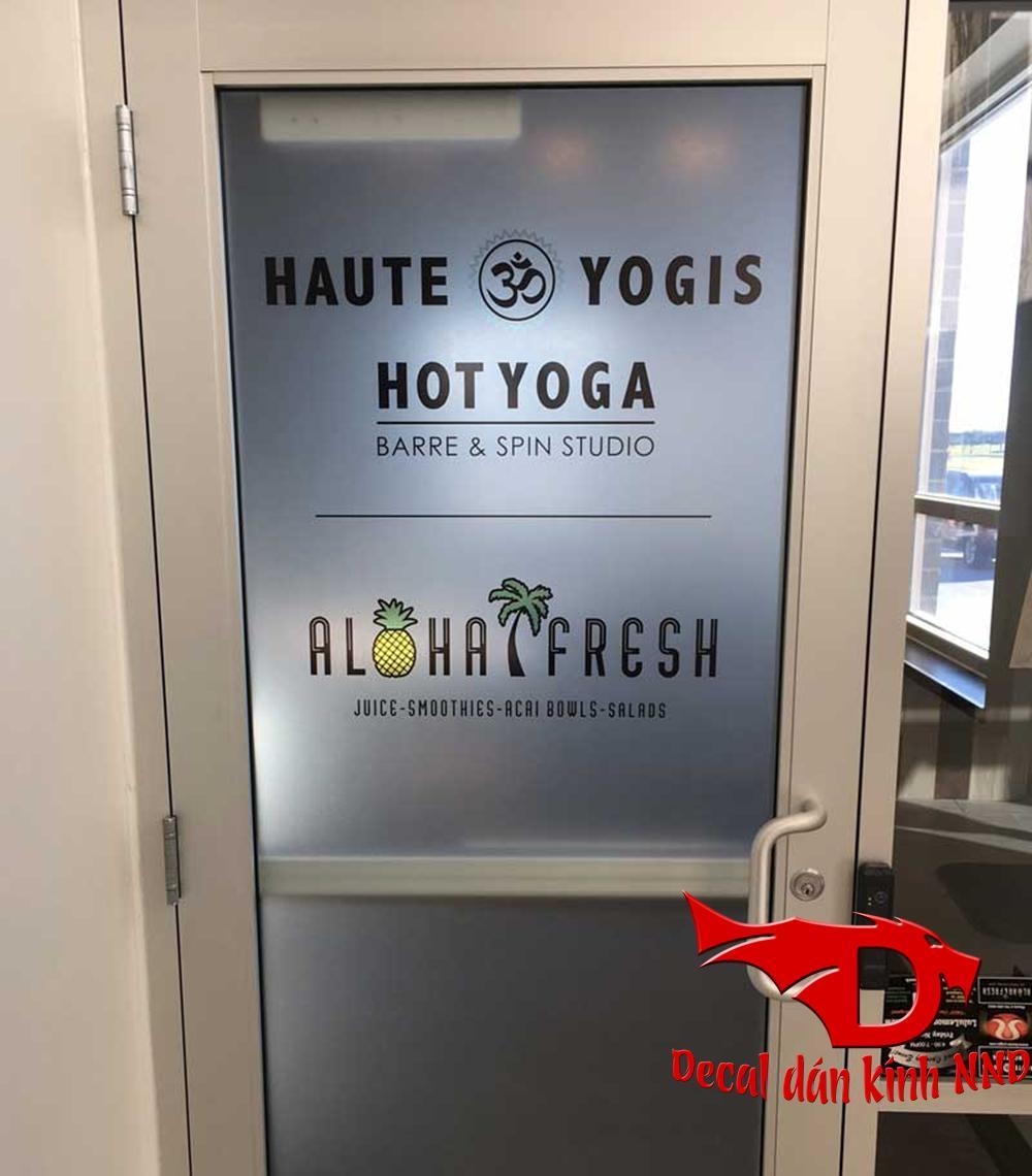 In chữ logo và slogan công ty ở cửa ra vào