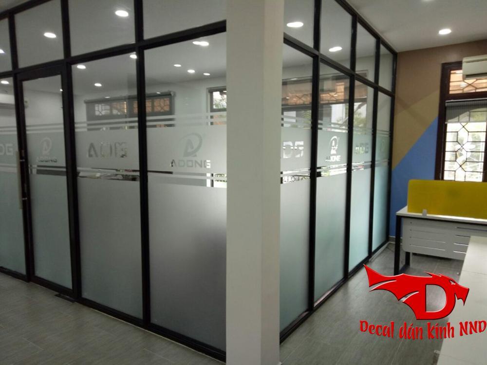 Decal mờ được ứng dụng chính trong dán kính văn phòng