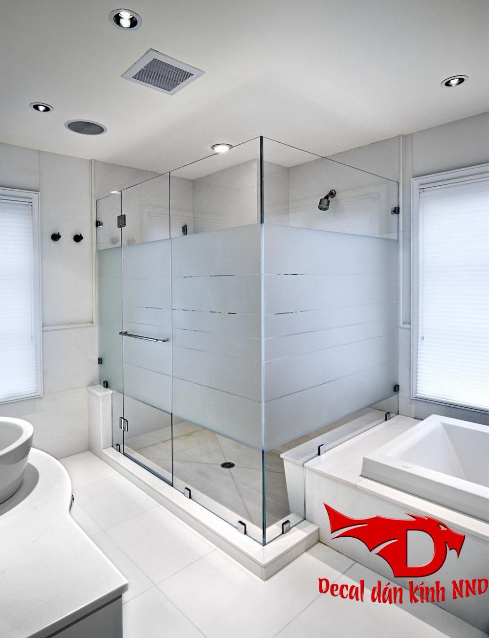 Ngoài ra bạn có thể sử dụng phương án dán decal mờ kết hợp với kẻ các đường chỉ dán kính cho phòng tắm trong