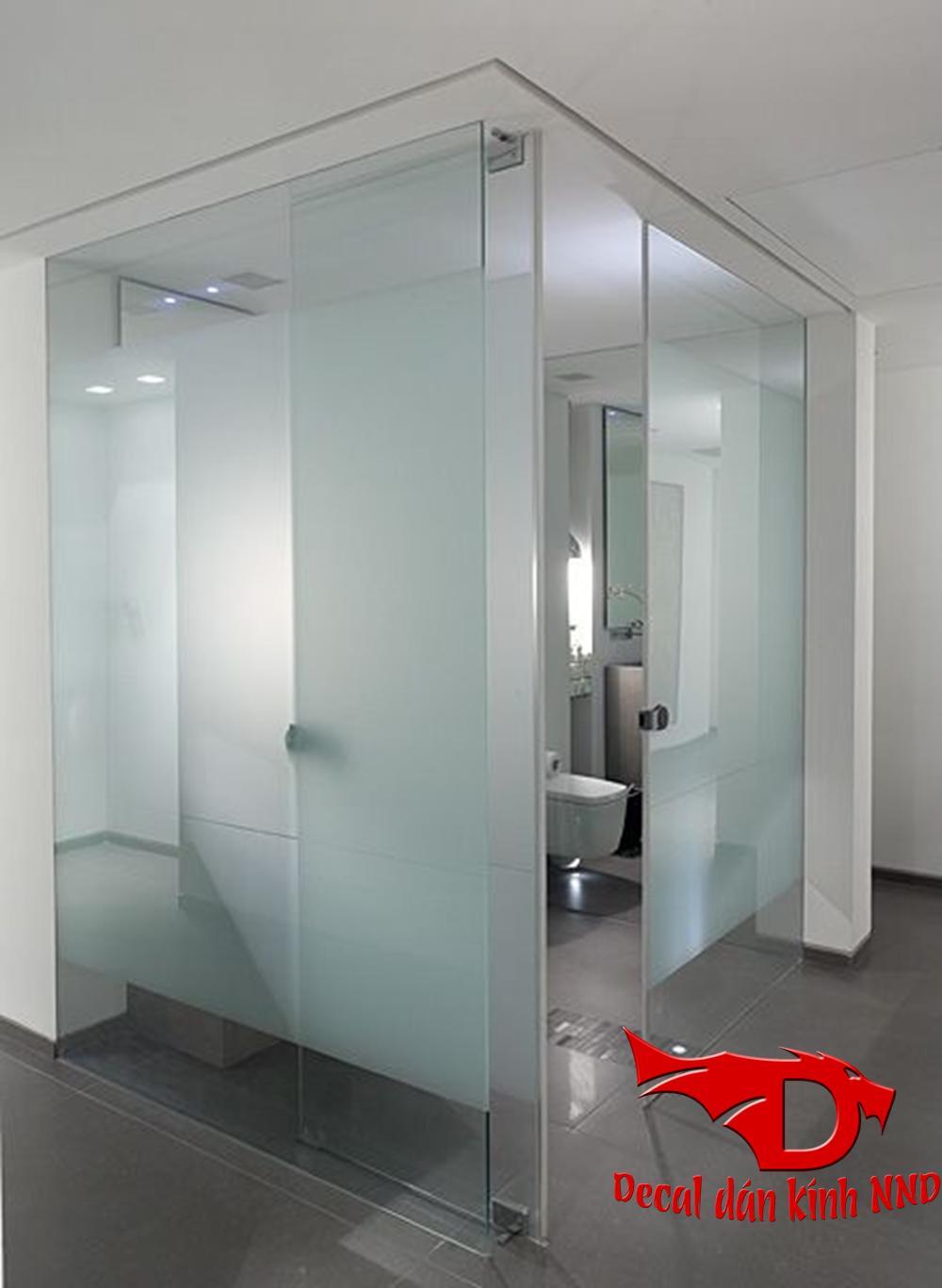 Sử dụng decal mờ tăng độ mờ cho phòng tắm kính