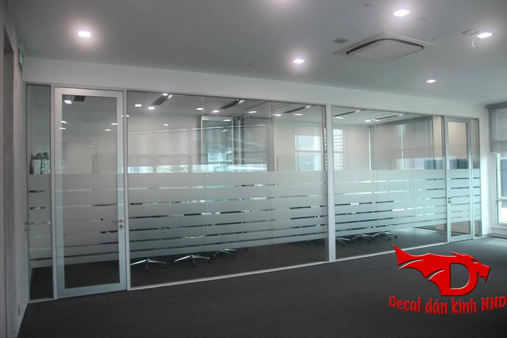 Dán mờ kết hợp với cắt lize phá cách cho vách kính văn phòng