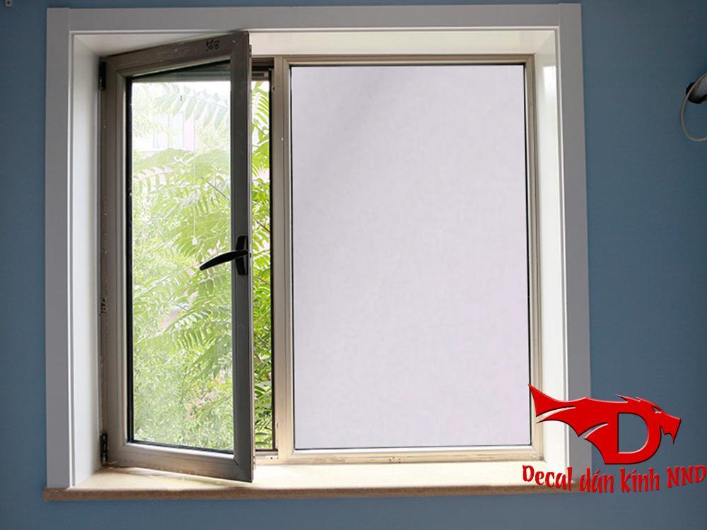 Decal màu trắng thường được sử dụng nhiều nhất để dán che hoàn toàn tầm nhìn
