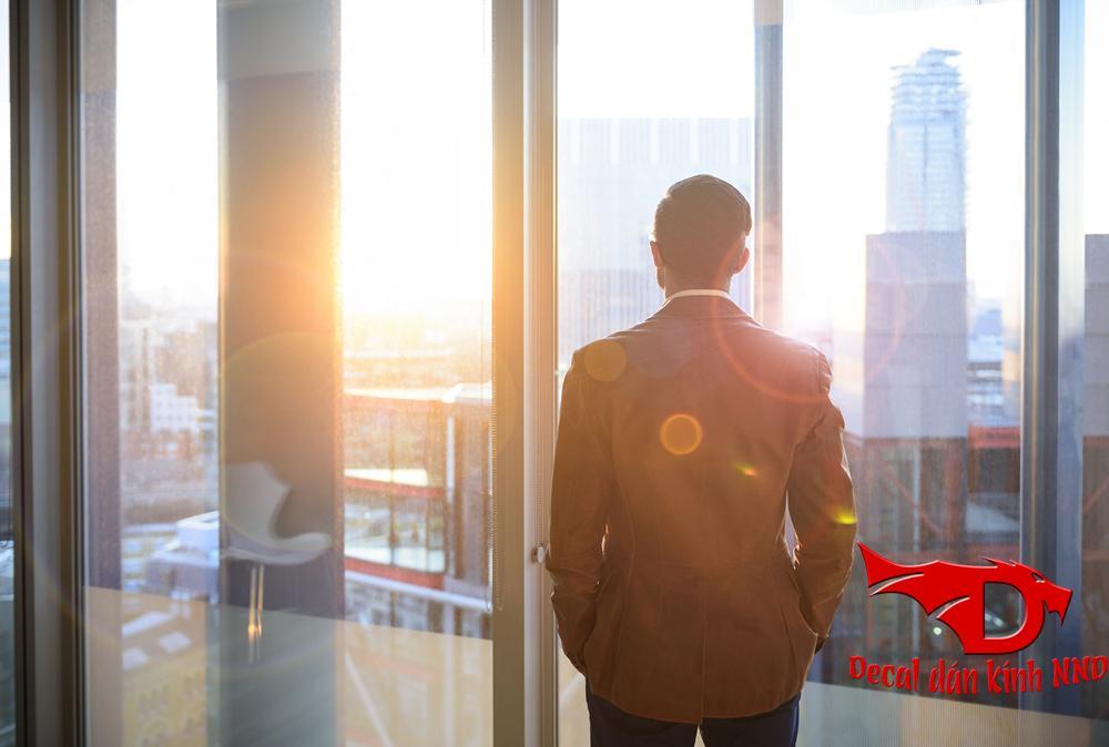 Decal dán kính phản quang là dòng decal dán kính chống nắng chuyên dụng dùng để chống nắng và chống nóng cho các vách cửa kính